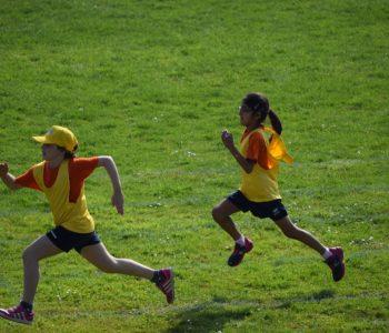 zabawa dzieci wyścig