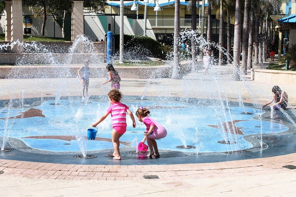 zabawy dla dzieci w wodzie fontanna lato