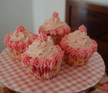 Różowe babeczki z porzeczkami