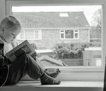 dziecko czyta książka czytanie