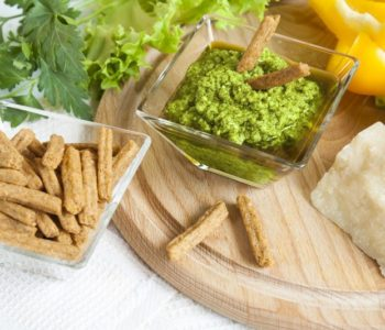Przepis na pesto pietruszkowe z chlebowymi paluchami