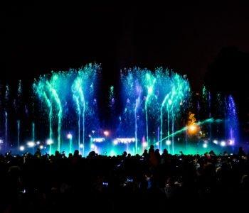Multimedialny Park Fontann – spektakularna gra wody, muzyki i świateł już od pierwszych dni maja na warszawskim Podzamczu.