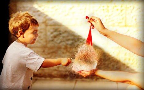 letnie zabawy z dziećmi nad wodą