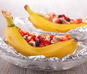 Przepis na pieczonego banana z sałatką owocową – łódka