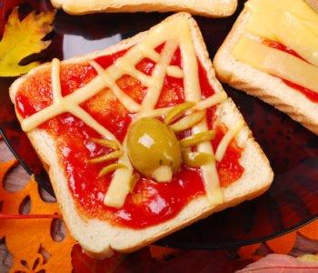 Przepis na straszne tosty z pająkiem na Halloween