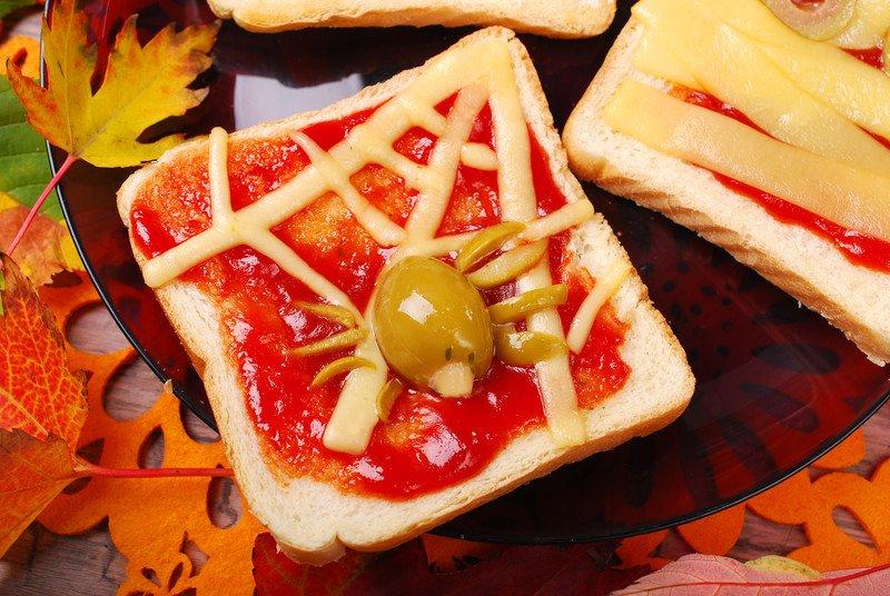 przepis na tosty z pająkiem na Halloween