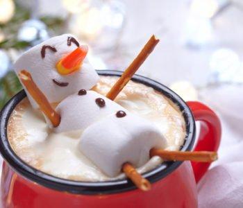 Bałwanek z pianek marshmallows w gorącym kakao