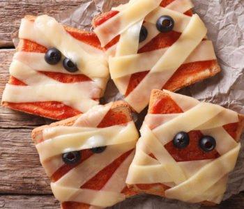 przepis na tostowe mumie na Halloween