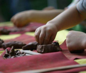 Regularne zajęcia z ceramiki dla dzieci w Glinianej Kuli
