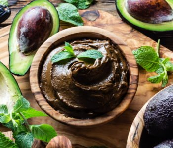 Krem czekoladowy z awokado z owocami. Przepis