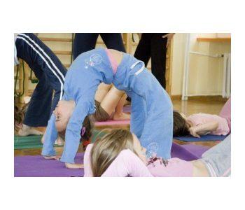 dziecko ćwiczy jogę