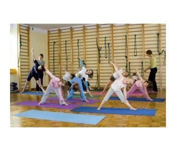 dzieci ćwiczą jogę