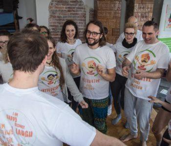 Z cyklu joga to znaczy łączyć: ruch w asanie i joga śmiechu