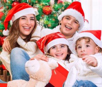 rodzinka w czapkach Mikołaja
