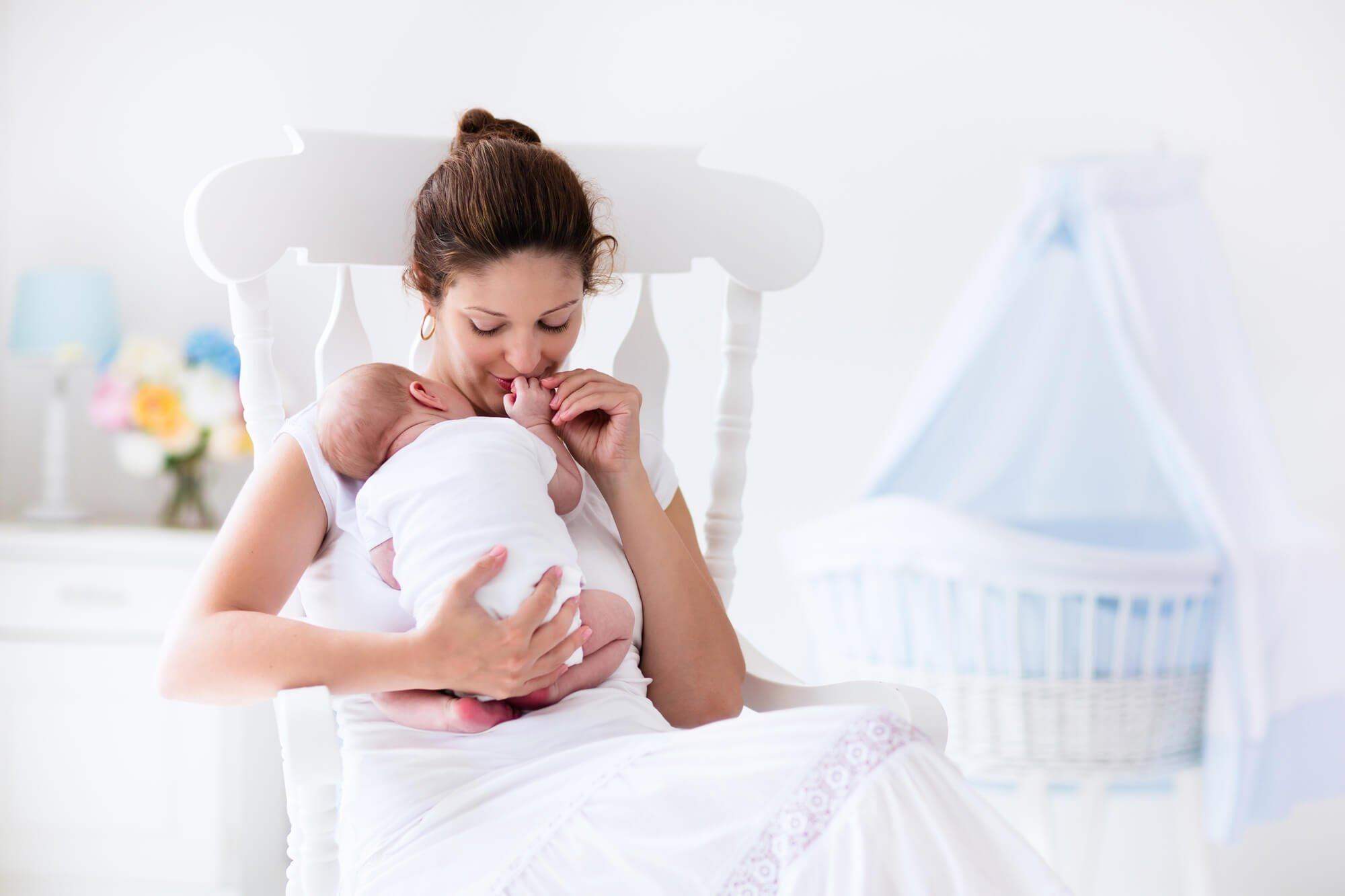 Pielęgnacja biustu a karmienie piersią – czy można zaszkodzić dziecku?