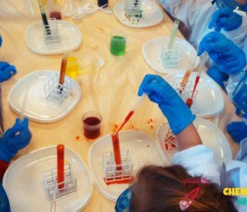 Warsztaty chemiczne w laboratorium dla dzieci