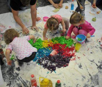 Śpiewajki turlajki mazajki – zajęcia muzyczno-sensoryczne w Baby Club Cafe