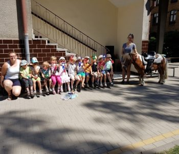 Kucyk w przedszkolu na zakończeniu roku