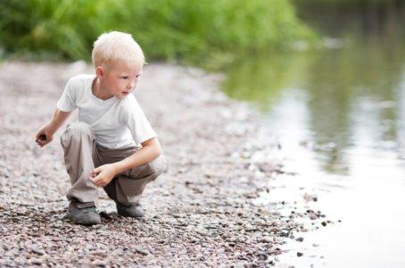 chłopiec rzuca kamieniem