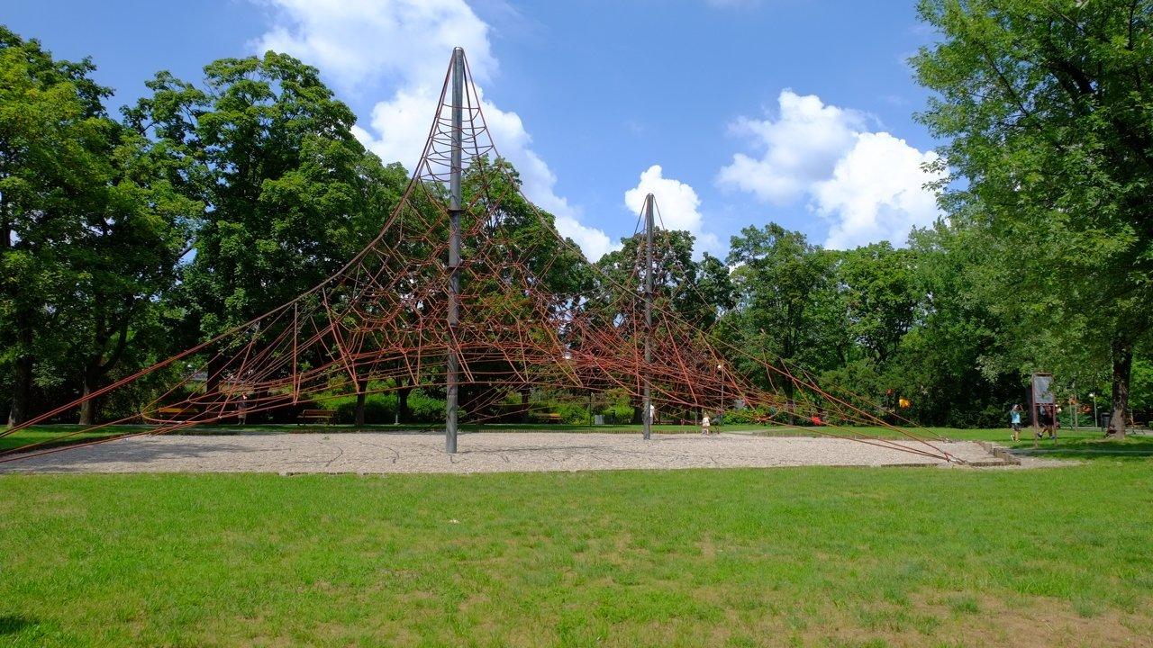 plac zabaw AK Warszawa trampoliny