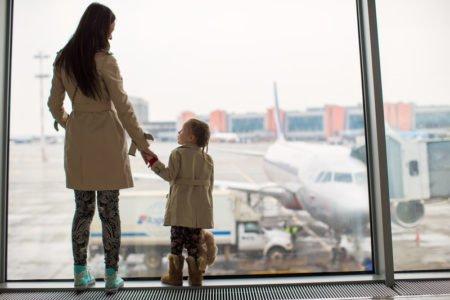 mama i dziecko oglądają samoloty