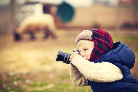 chłopiec fotografuje
