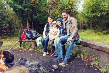 rodzina przy ognisku