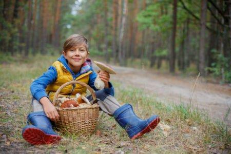 chłopiec na grzybach