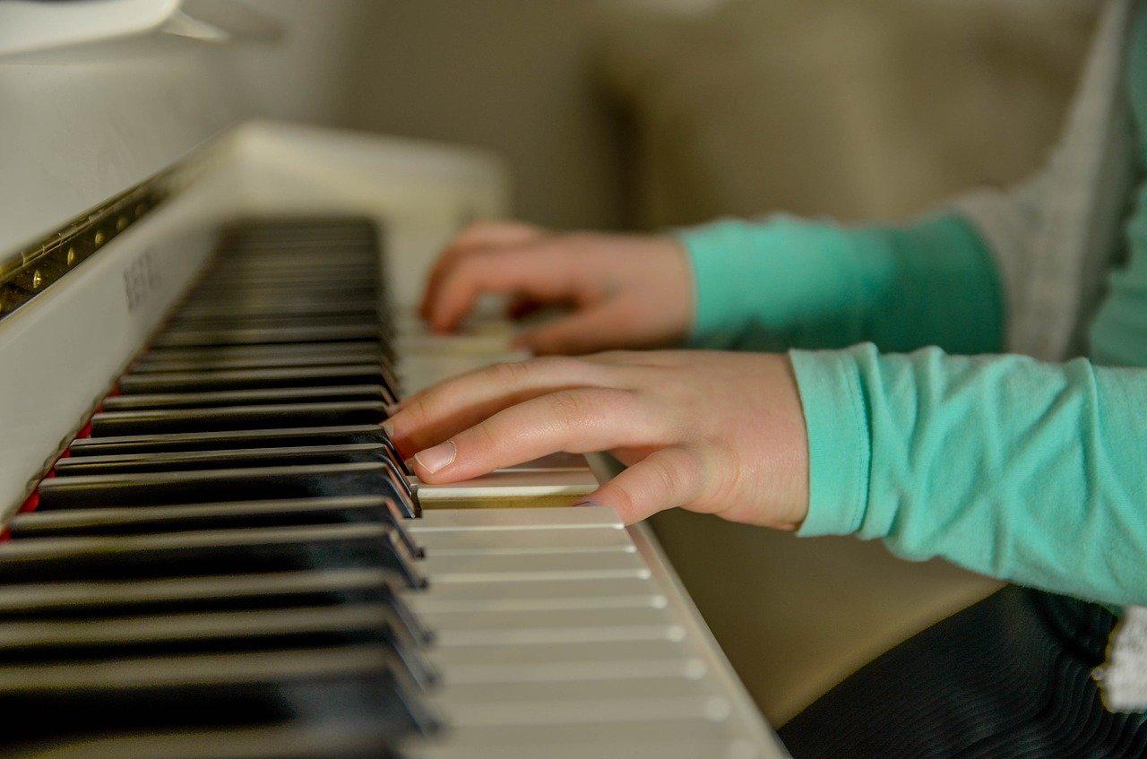 Jak muzyka, taniec i śpiew wpływają na rozwój małego dziecka. Zajęcia muzyczne w przedszkolu w okolicy Wilanowa