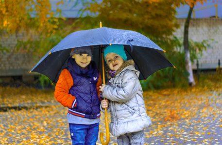 dzieci pod parasolką