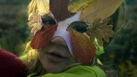 maska z liści dla dziecka - zabawa na jesień