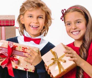 uśmiechnięte dzieci trzymają prezenty