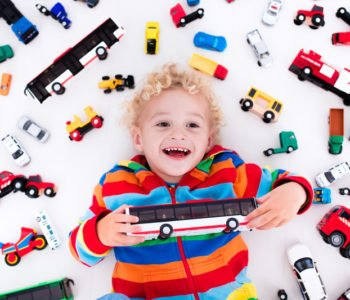 chłopiec i samochodziki