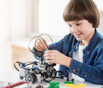 chłopiec bawi się robotem