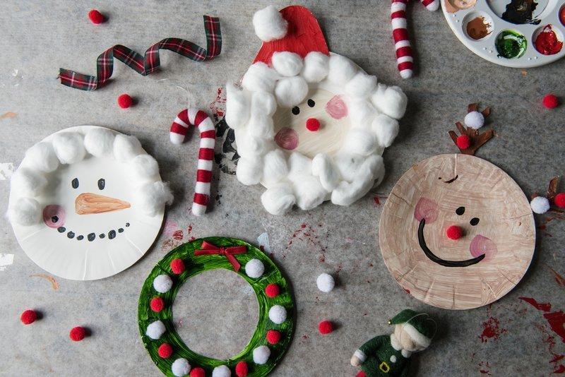 Wesołe Mikołaje, renifery, bałwanki i wieńce bożenarodzeniowe