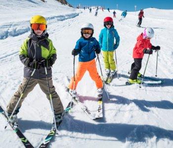 Oferta zimowa w Projekcie Junior – narty, kaski, gogle, buty, odzież