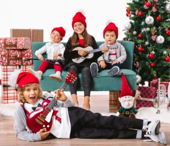 dzieci z gitarami w swiątecznych ubraniach