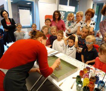 dzieci oglądają eksperymenty