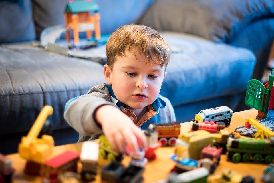 Chłopiec bawiący się klockami