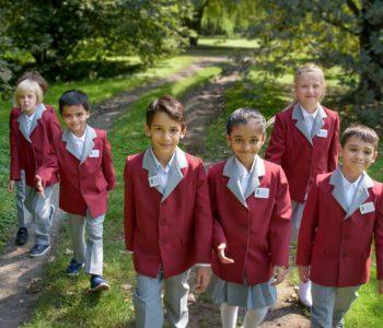 dzieci w mundurkach ze szkoły Cracow International School