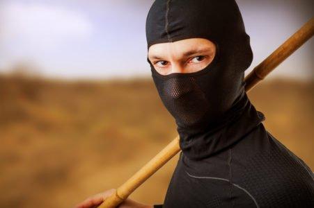 chłopak przebrany za bojownika Ninja
