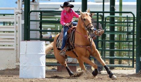 obóz rodeo dziewczynka na koniu