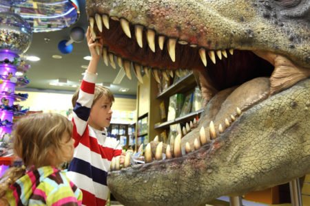 dzieci i dinozaur