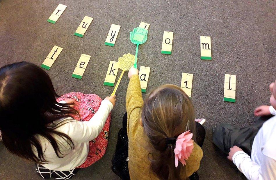 dzieci literki układają