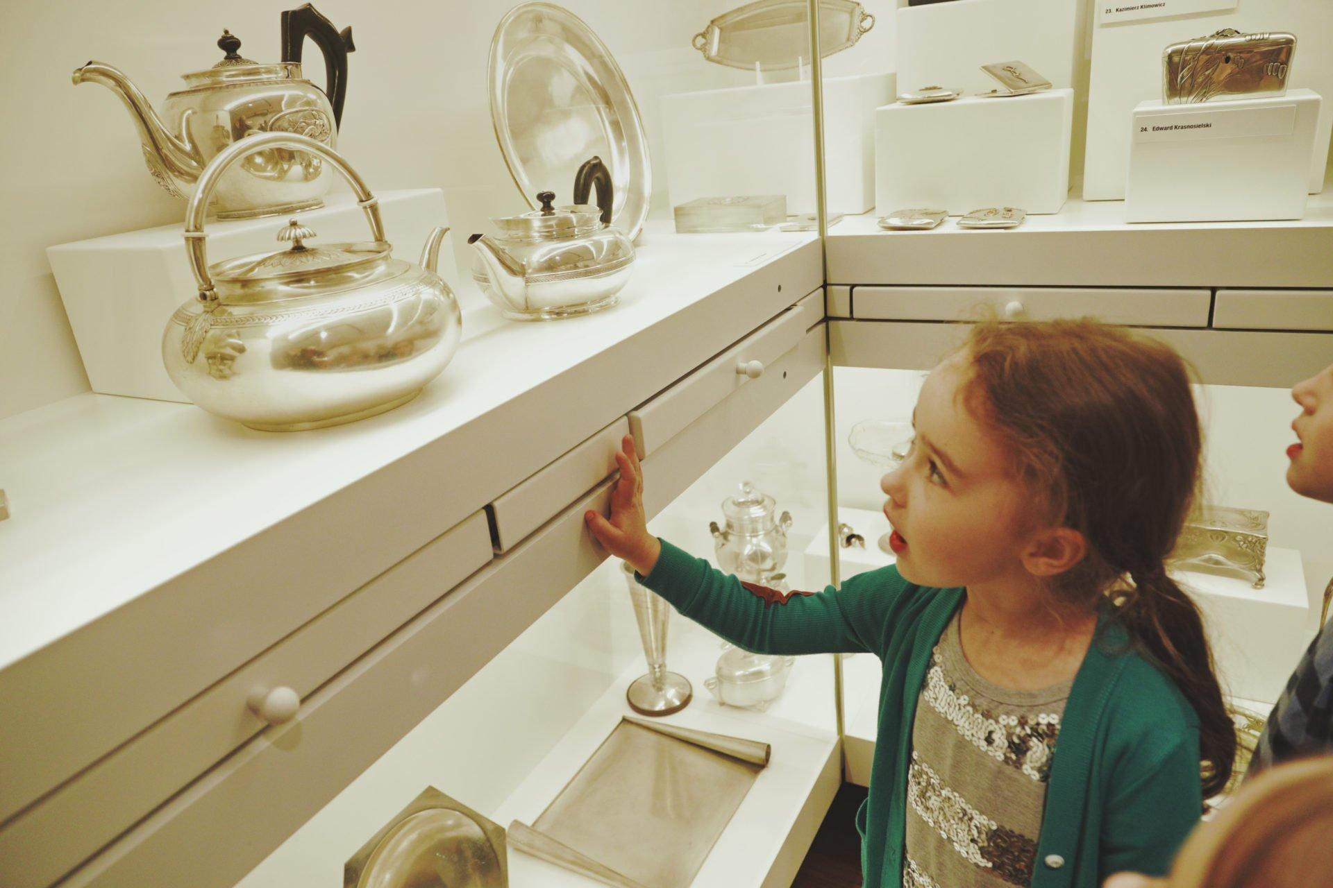 Poszukiwacze rzeczy w Muzeum Warszawy