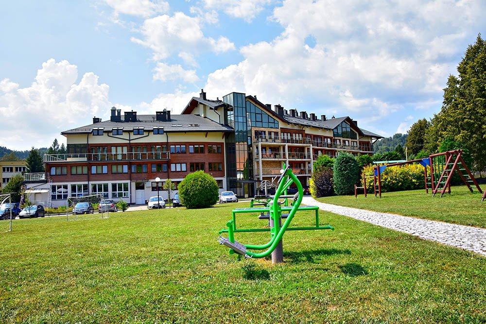 Hotel Activa - zdjęcie hotelu i placu za hotelem