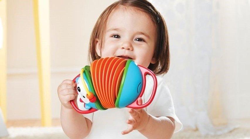 Idealna zabawka dla niemowlaka – czym się kierować przy wyborze?