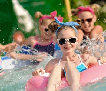 Dziewczynki bawią się w wodzie