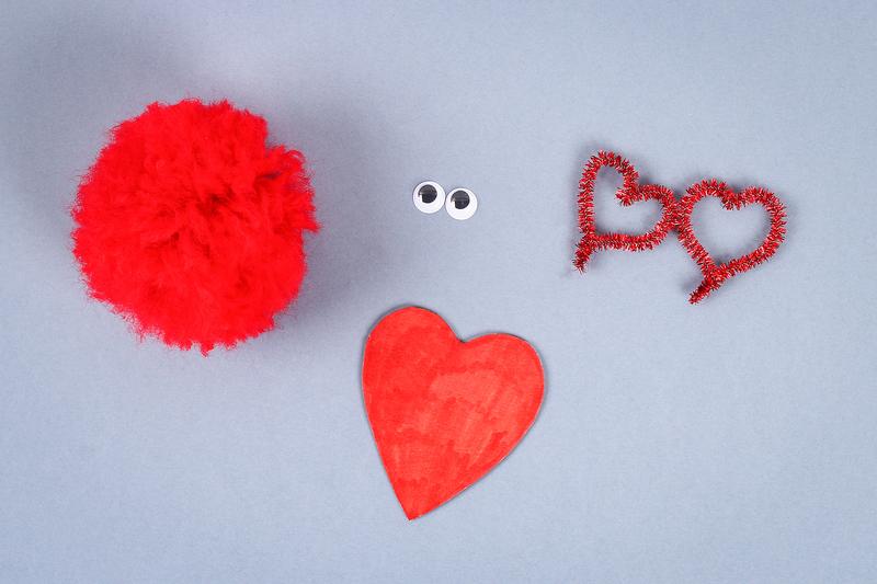 Czerwony stworek - pompon w kształcie serca