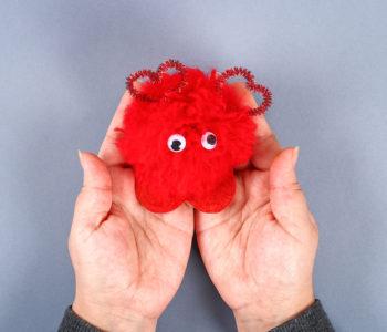Czerwony stworek – pompon w kształcie serca